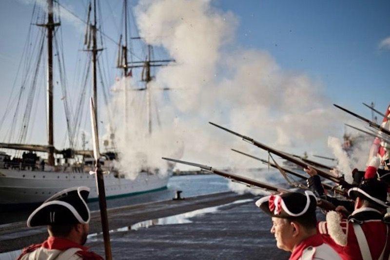 Descarga de fuego de fusilería en homenaje al buque-escuela