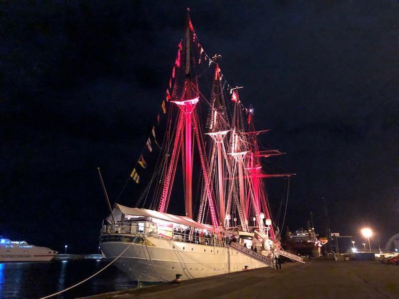 El buque-escuela, iluminado anoche en su escala en Santa Cruz de Tenerife