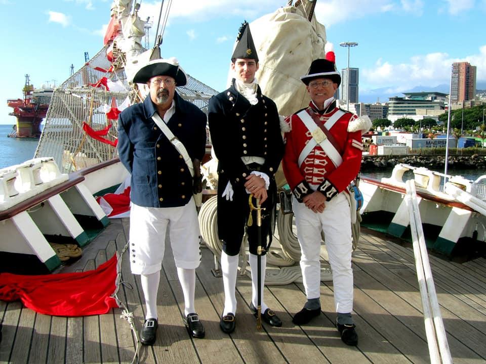 Recreadores británicos en el castillo del buque-escuela