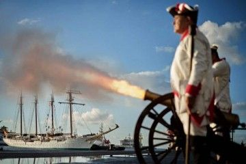"""El cañón dispara en saludo de bienvenida al buque-escuela """"Juan Sebastián de Elcano"""""""