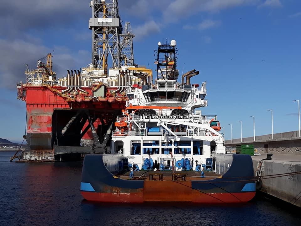 """El remolcador """"Alp Defender"""" está atracado en el puerto industrial de Granadilla"""