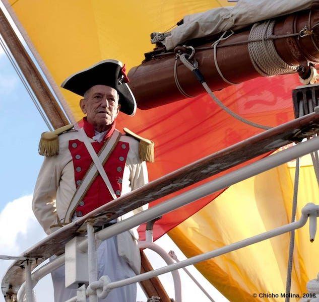 Jerónimo Rodríguez Sosales, en la barandilla de popa del buque-escuela