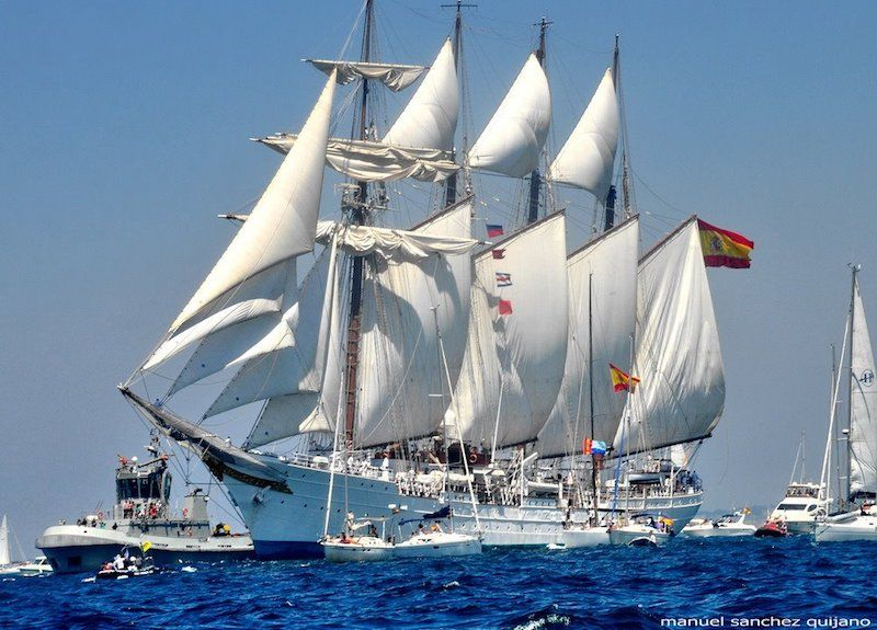 """El buque-escuela """"Juan Sebastián de Elcano"""", a su salida del puerto de Cádiz"""