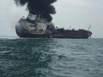 """El petrolero """"Aulac Fortune"""", en llamas y con una fuerte escora a estribor"""