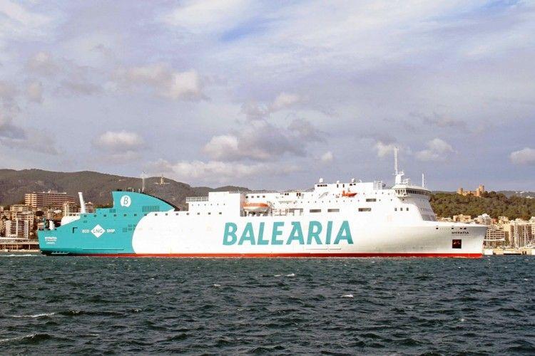 """El buque """"Hypatia de Alejandría"""" a su salida de Palma. Al fondo, el castillo de Bellver"""
