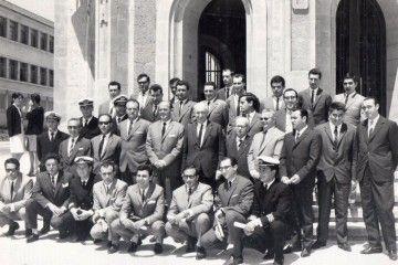 Foto de familia de la promoción de jefes de máquinas de la Escuela de Náutica de La Coruña (junio de 1966)