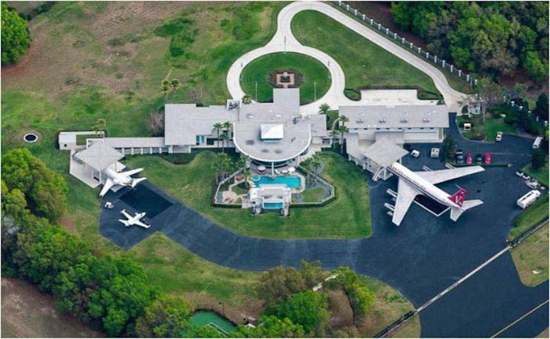 La residencia de John Travolta y, a la derecha, en hangar y el avión Boeing B-707