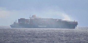 """El humo gris sigue saliendo de la zona de proa del buque """"Yantian Express"""""""
