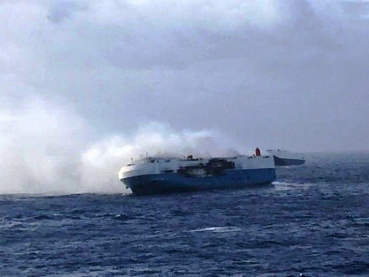 """El buque """"Sincerity Ace"""", escorado a estribor y presa del fuego"""