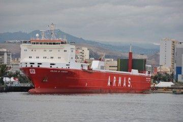 """El buque con-ro """"Volcán de Teneguía"""", atracado en el puerto de Las Palmas de Gran Canaria"""