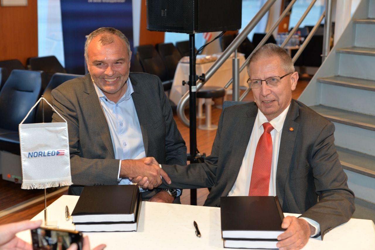 Firma del acuerdo entre los representantes de Norled AS y la Administración de Carreteras Públicas de Noruega