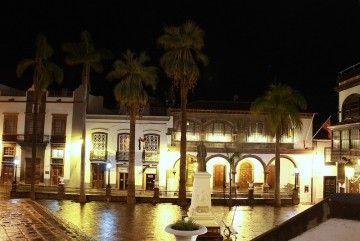 Panorámica nocturna de la plaza mayor de Santa Cruz de La Palma