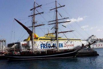 El transbordo de pasajeros y vehículos se ha realizado en el puerto de San  Sebastián de La Gomera