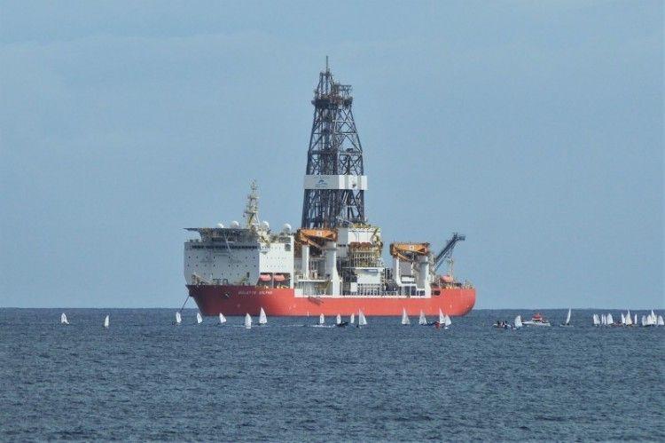 """El buque perforador """"Bolette Dolphin"""", en su fondeo en la zona 2 del puerto tinerfeño"""