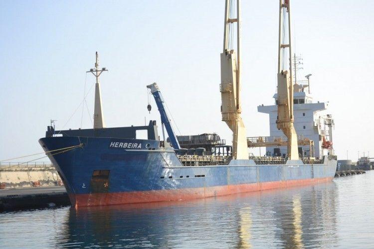 """El buque """"Herbeira"""" está atracado en la dársena de Los Llanos del puerto de Santa Cruz de Tenerife"""