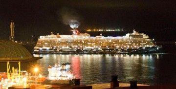 """El buque """"Mein Schiff 2"""", a su llegada, aun de noche, al puerto de A Coruña"""