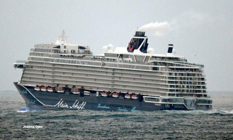 """El buque """"Mein Schiff 2"""" levanta la proa en el meneo de la mar de fondo"""