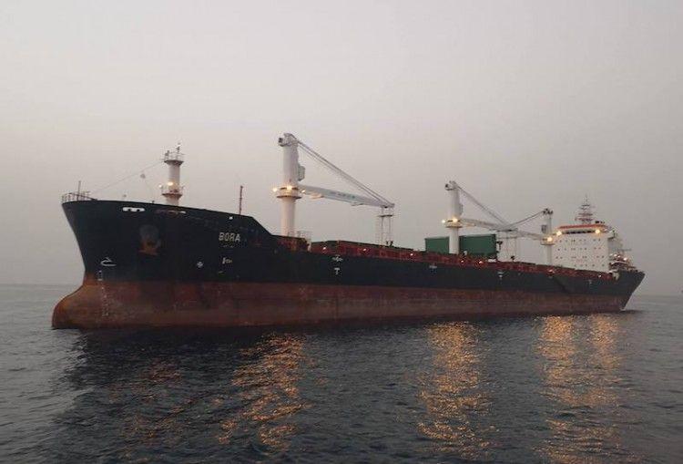 """El buque llegó como """"Bora"""" y salió como """"Redhead"""""""