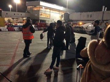 El último grupo de pasajeros espera en pista, a cuatro grados de temperatura, la llegada de la jardinera