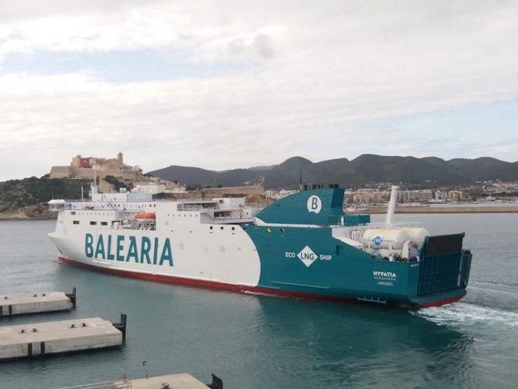 """El buque """"Hypatia de Alejandría"""" maniobra en el puerto de Ibiza"""