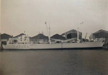 """El buque """"Lago Negro"""", en toda su eslora visto por la banda de estribor"""