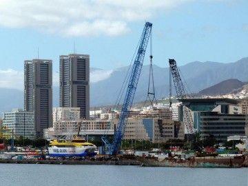 """El catamarán """"Benchi Express"""", puesto en seco en el puerto de Santa Cruz de Tenerife"""
