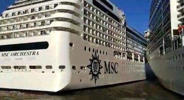 """Momento en el que el buque """"MSC Orchestra"""" roza el casco del """"MSC Poesía"""""""