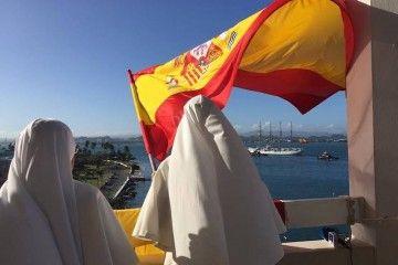 La bandera de España saluda la llegada del buque-escuela español a San Juan