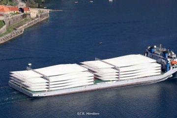 El buque y su carga, a su paso entre los castillos de la ría de Ferrol