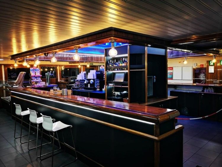 "Este es el aspecto del remozado bar del ferry ""Volcán de Tindaya"""