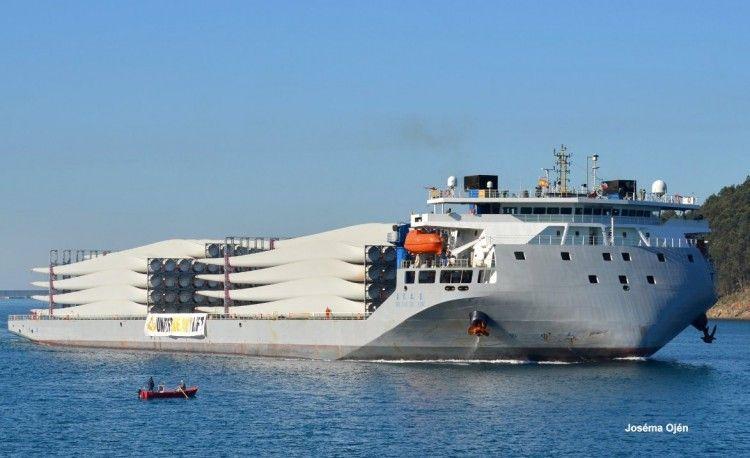 El buque chino trae un cargamento de 154 palas de aerogeneradores