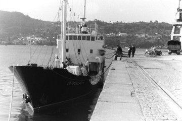 """El petrolero auxiliar """"Camponaraya"""", recién entregado, atracado en el puerto de Ferrol"""
