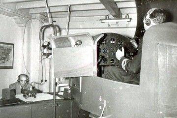 Telesforo Espinel, atento al simulador de vuelo del avión AS.65 de Iberia