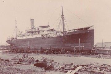 """El vapor """"La Palma"""", puesto en seco en el varadero del puerto de La Luz"""