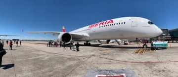 """El avión A350 de Iberia """"Plácido Domingo"""", en su primera escala en Buenos Aires"""