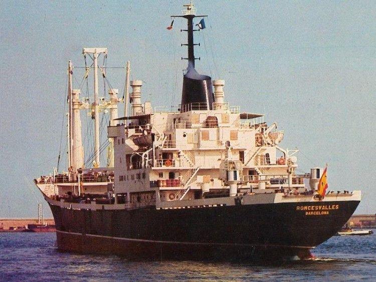 """El buque """"Roncesvalles"""", matrícula naval de Barcelona, visto por la aleta de babor"""