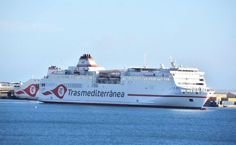 """El buque """"Fortuny"""" en maniobra, dejando por babor al """"Ciudad de Palma"""""""