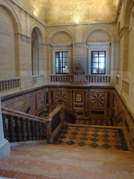 La escalera principal tiene un aspecto soberbio