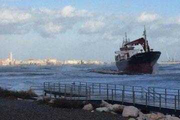 """El buque """"Efe Murat"""", tras su varada en la costa de Bari"""
