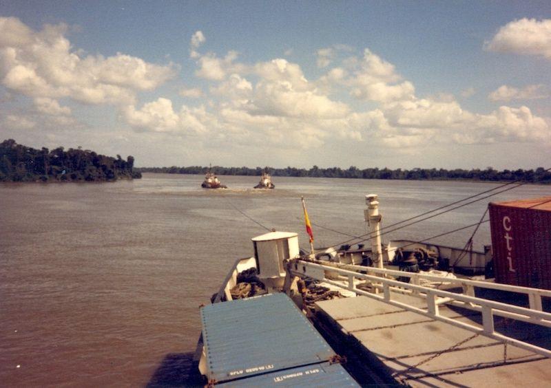 Maniobra con remolcadores para librarse de la varada en el río Orinoco