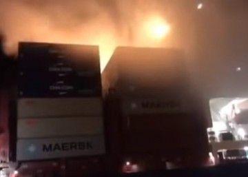 """El fuego se ha apoderado de una hilera de contenedores del buque """"APL Vancouver"""""""