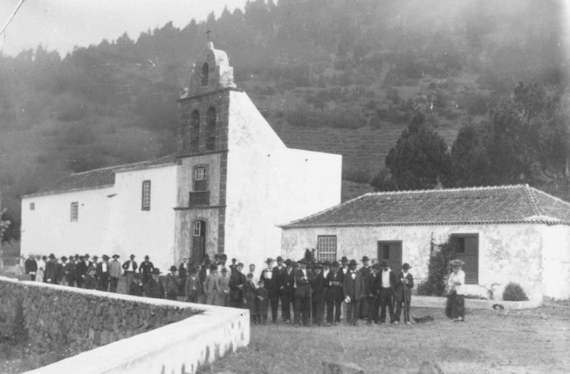 Grupo de parroquianos ante la iglesia de San Antonio abad, tras su ampliación