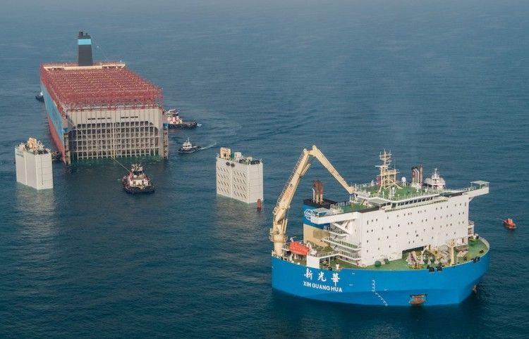 """Detalle de la maniobra de embarque de la sección de popa del buque """"Maersk Honam"""""""