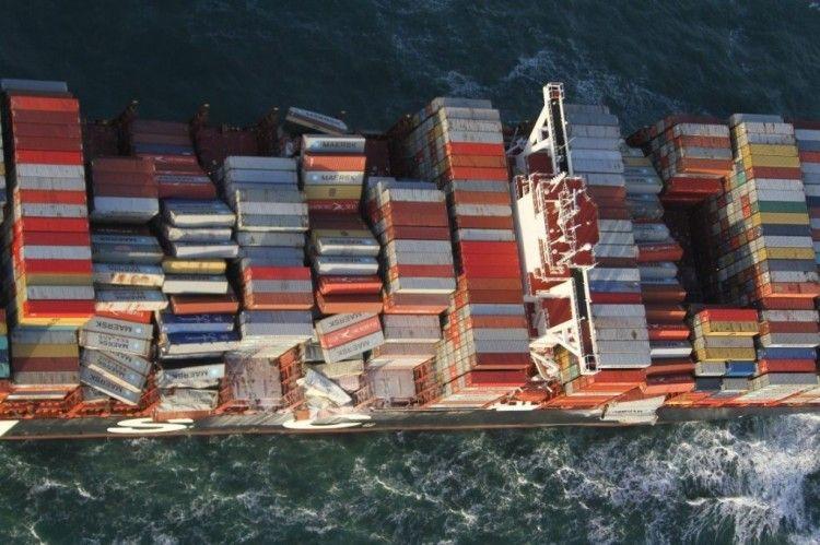 """Vista aérea de una parte de la carga afectada del buque """"MSC Zoe"""""""