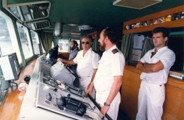 """El capitán Jiménez Morales controla el paso de las """"kamewas"""" en la maniobra de salida del ferry """"Villa de Agaete"""""""