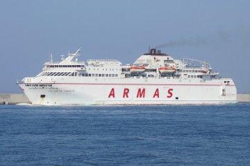 """El fuerte viento y el estado de la mar complicaron la maniobra del ferry """"Volcán de Tamasite"""""""