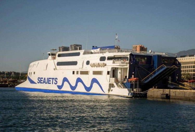 """El catamarán """"Champion Jet 1"""" se encuentra atracado en el puerto de Santa Cruz de Tenerife"""