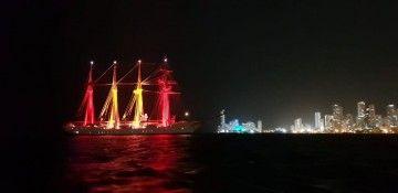 """El buque-escuela """"Juan Sebastián de Elcano"""", fondeado en Boca Grande"""