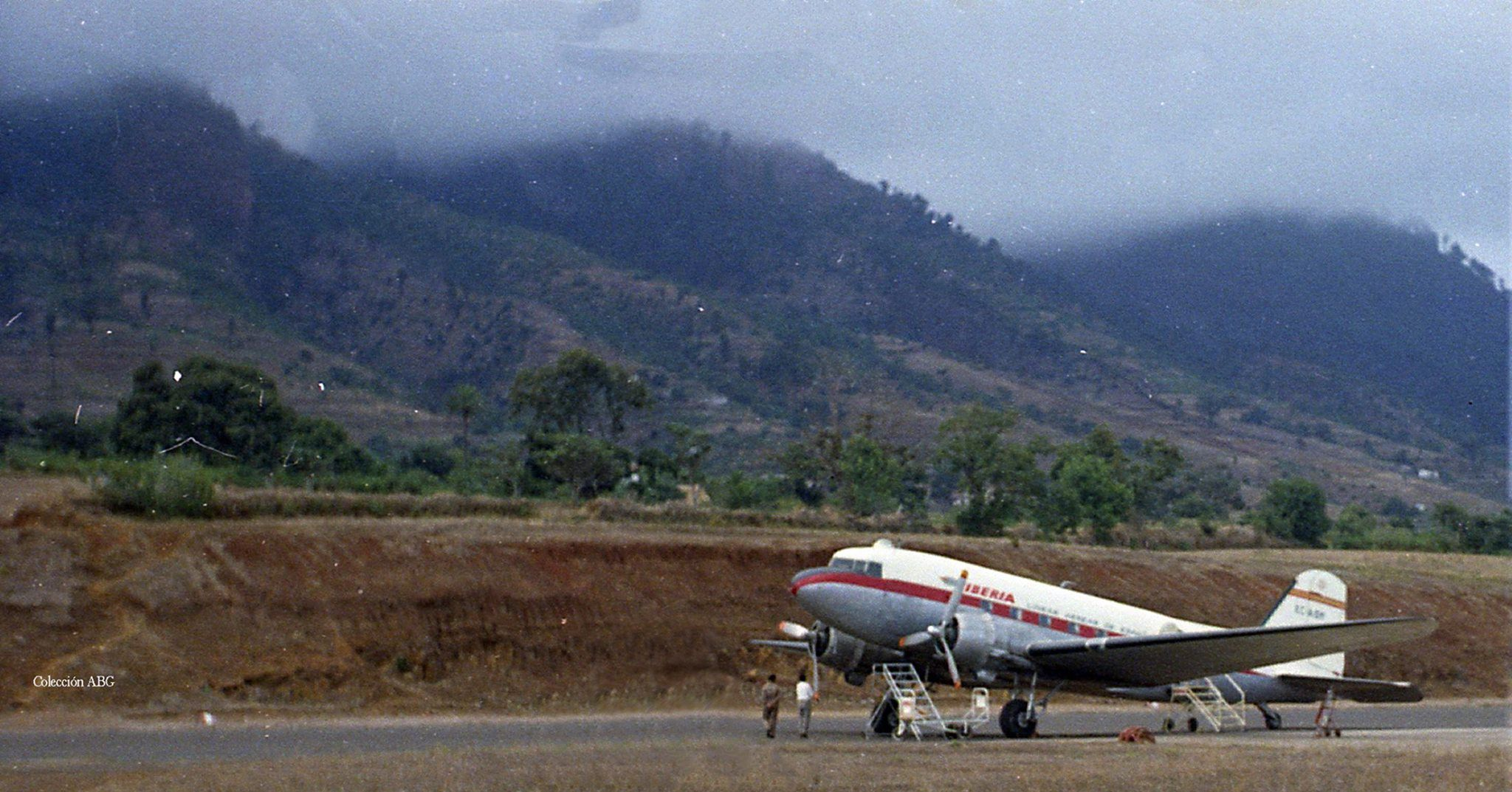 Avión Douglas DC-3 de Iberia en el aeropuerto de Buenavista