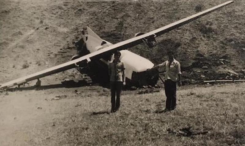 Los restos del fuselaje del avión fueron un constante motivo de atracción